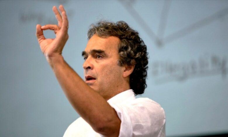 Fiscalía imputará cargos a Sergio Fajardo por presuntas irregularidades en la celebración de un contrato de sustitución de deuda. 3