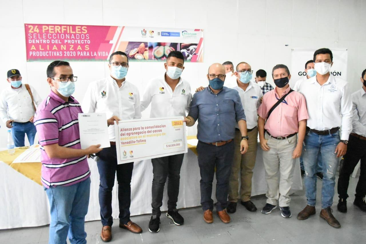 *Productores del campo firmaron convenios por 12.000 mil millones de pasos con la Gobernaciòn del Tolima y Minagricultura* 2